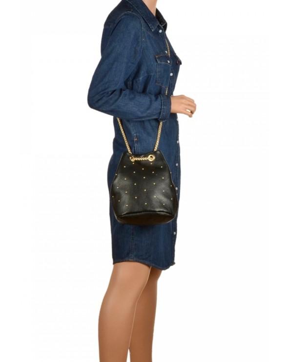 Mały skórzany worek torebka z ćwiekami czarny modelka