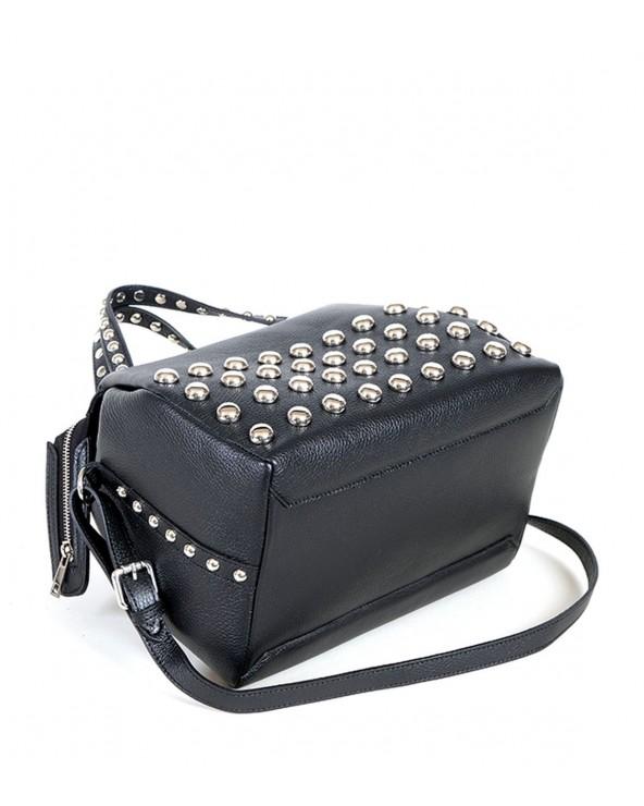 Kuferek z ćwiekami torebka vera pelle czarna spód